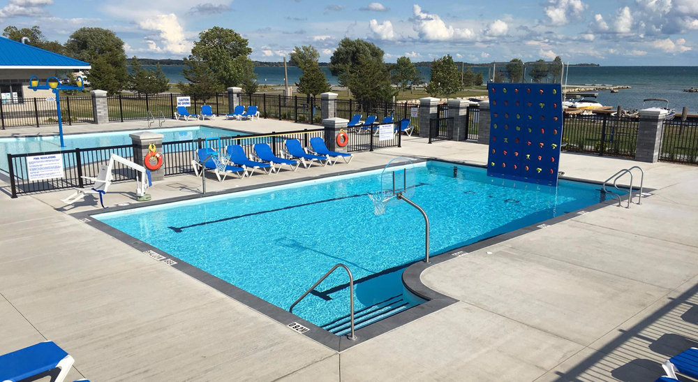 Outdoor wading pool and lap/leisure pool at Quinte's Isle Campark